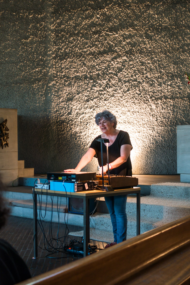 Laura Gallati mit Moog-Synthesizer